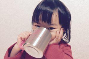 お茶を飲む子ども