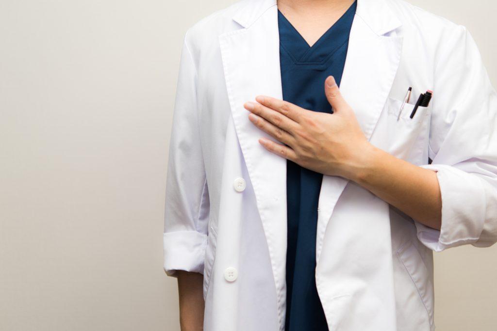 胸を温める医師